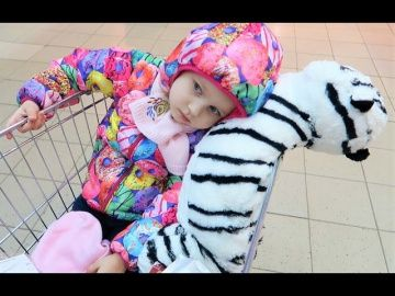Подарок для Алисы!!! Тигр как у Теи !!! Киндер МАКСИ с сюрпризами !!! http://video-kid.com/21173-podarok-dlja-alisy-tigr-kak-u-tei-kinder-maksi-s-syurprizami.html  Подарок для Алисы!!! Тигр как у Теи !!! Киндер МАКСИ с сюрпризами !!! Алиса пробует новые ВКУСНЯШКИ !!! Ловит покемонов на детской площадке !!! Едет в зоопарк !!! Развлечение для детей кукла Мыльные пузыри и Барби Дримтопия!!! Entertainment for children Barbie Эльза ПОЕТ ПЕСНИ и светится!!! ХОЛОДНОЕ СЕРДЦЕ Северное сияние…