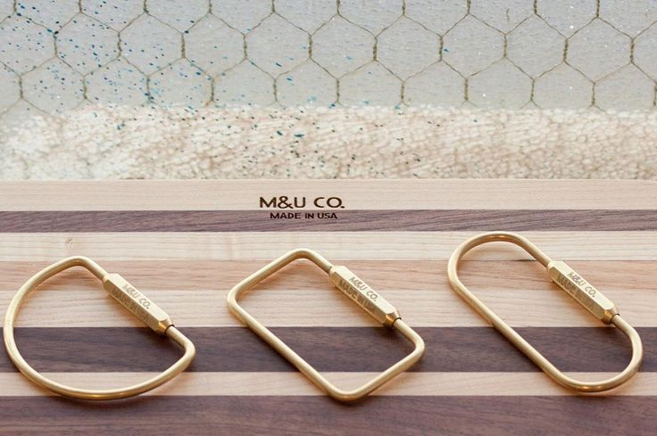 Svurit över en obegripligt designad nyckelring? Sluta fippla med den klassiska svenska nyckelringen där det är en pina att sätta fast eller ta bort en nyckel. Ett solitt hantverk i mässing från Brooklyn, NYC gör jobbet både snyggare och bättre. #sawyerstreetgoods #livsstil #accessoarer #accessoar #herraccessoarer #herrstil #stil #herrmode #mässing #nyckelring #nycklar #farsdag #presenttips #tillhonom #kvalitet #exklusiv #hantverk #handgjort #handgjord #praktisk