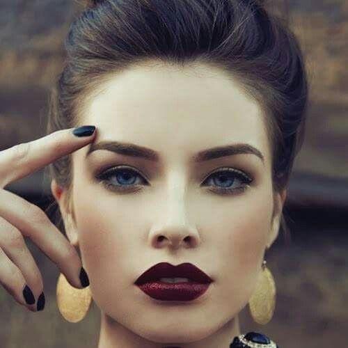 Elegante labios color vino toque chik a un look bohemio
