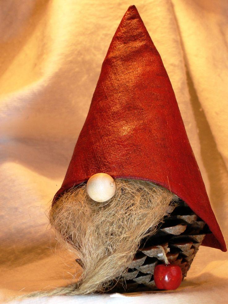 Décoration de Noël, lutin en pomme de pin, décoration traditionnelle du Nord…