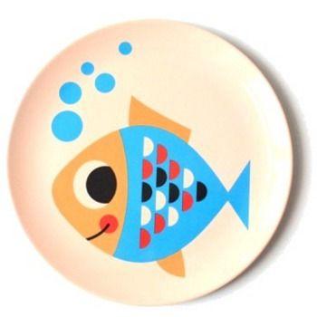 Bord vis *** Deze bordjes komen rechtstreeks uit Zweden en werden ontworpen door illustratrice Ingela P. Arrhenius die bekend staat om haar retro design uit de jaren 50 en 60. Deze vrolijke bordjes zorgen dat jouw kindje zijn bordje met plezier uiteet. Mag in de vaatwas, niet in de micogolfoven.  Meerdere designs beschikbaar bij Meneer Snor.