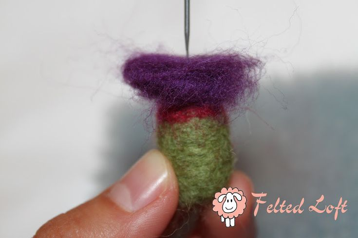 Предлагаю свой вариант валяния коробочки для мака. Маки я валяю разными способами - это мокрое валяние на каркасе, без каркаса, цельноваляный цветок, сухое валяние. Способ валяния коробочки больших изменений обычно не претерпевает. Необходимые материалы и инструменты: Шерсть (зеленая, бордовая, фиолетовая); Иглы для валяния; Мат для валяния (щетка или поролоновая губка).
