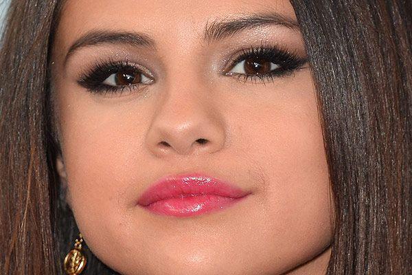 Selena Gomez não vive sem gloss! Para desfilar pelo tapete vermelho de LA, a estrela concentrou o produto no centro dos lábios. Sabia que isso é, na verdade, um truque para aumentá-los? Nos olhos, também muito brilho: sombra pérola logo abaixo das sobrancelhas para iluminar, sombra marrom na pálpebra móvel e delineador preto esfumado. Os cílios postiços dão o toque final!