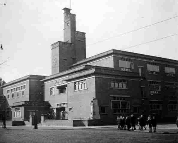 In dit gebouw op de Beukelsdijk zit tegenwoordig het CityCollege. De foto is uit 1937 toen het nog bewoont werd door de rooms katholieke HBS.