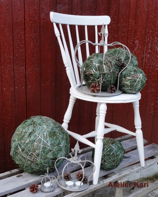 This is a great take on the moss balls. Big balls made with branches of pine tree, perfect for outdoor decor. Step by step DIY on site, (in norwegian but the pictures explain well).