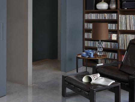 In een ruimte met veel houtsoorten zorgen koele vergrijsde kleuren zowel voor verfrissing als voor rust en waardigheid. Histor The Color Collection - Inspiratie | Histor