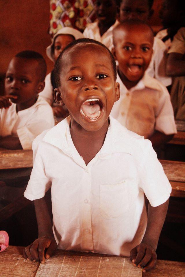 Tra i progetti di MamAfrica la cura dello studio ha un'importanza fondamentale: per questo motivo garantisce il pagamento dell'iscrizione e frequenza scolastica per circa 100 bambini delle elementari e circa 40 studenti delle scuole medie e superiori. Katia #Mamafrica  foto di Roberta Migliaccio.