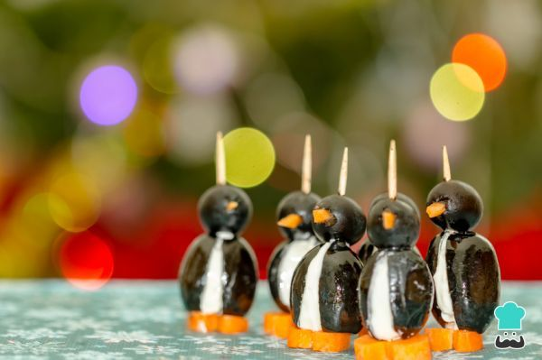 Receta de Pingüinos con olivas negras #RecetasGratis #Navidad #RecetasparaNavidad #RecetasNavideñas #CenadeNavidad #CenadeNocheVieja #CenadeNocheBuena #AperitivosNavideños #CanapésNavidad
