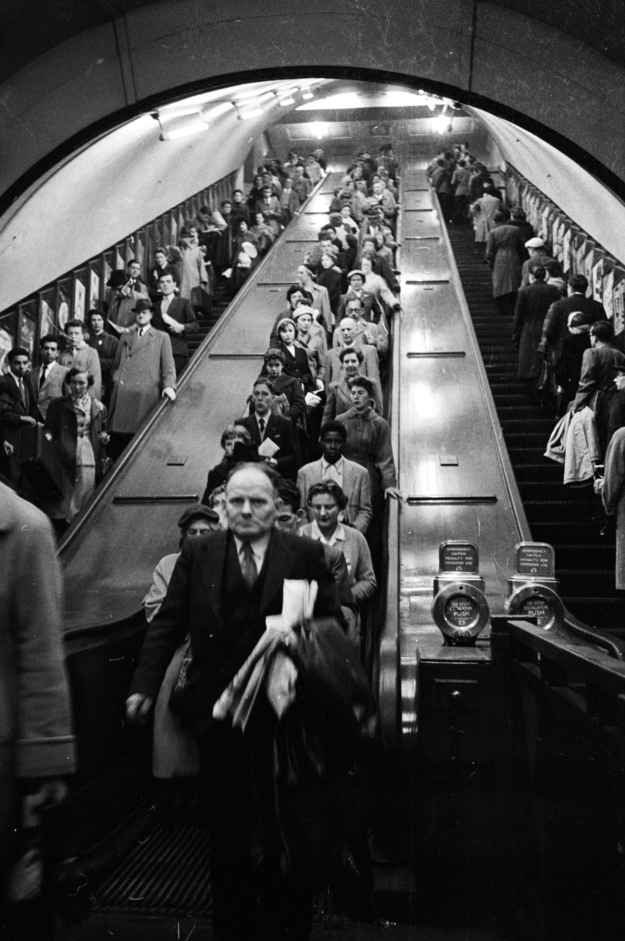 1956: Piccadilly Circus.   31 Gorgeous Photos Of The London Underground In The '50s And '60s