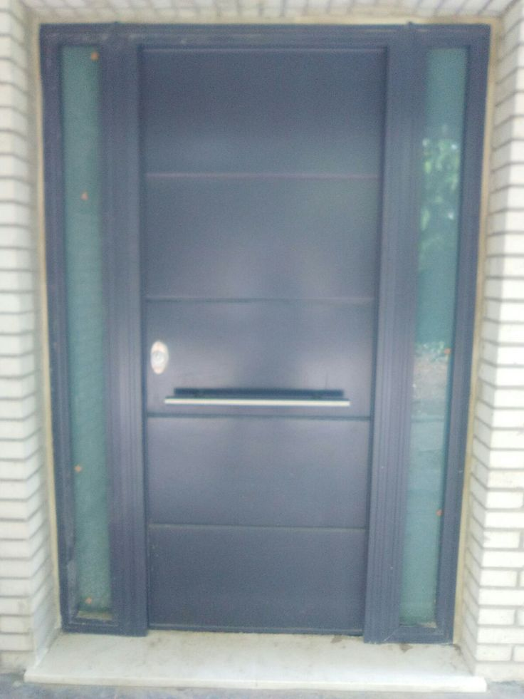 Puerta Acorazada de exterior color según RAL, con fijos acristalados de seguridad y barra tirador.