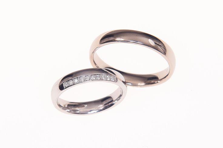 Schlichte, aber elegante Eheringe aus Weißgold. Diese zwei aus unserer Werkstatt überzeugen durch ihre besondere Farbe und die Diamanten auf dem Ring der Braut. Wunderschön, nicht wahr?  Kommt sie gleich anprobieren: tendenzen-goldschmiede.de  #goldschmiede #eheringe #trauringe #hamburg #hochzeitinhamburg #hochzeit2018