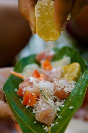 """Le fameux poisson cru tahitien en Polynésie française On les déguste souvent crus, parfois marinés dans du jus de citron vert et du lait de coco, la fameuse recette du """"poisson cru à la tahitienne"""", qui a fait le tour de la terre."""