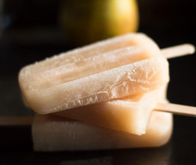 Het recept voor heerlijke zelfgemaakte perenijsjes. Je hebt maar een paar ingrediënten nodig voor de lekkerste zelfgemaakte perenijsjes.