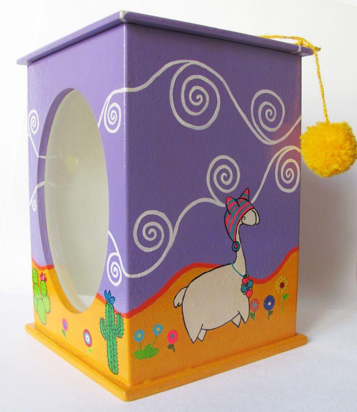 Caja pintada a mano con acrílico y barnizada. Modelo único!! Ventana de vidrio. Medidas: 19,5 x 13,5 x 13,5. contacto@amanopla.com.ar