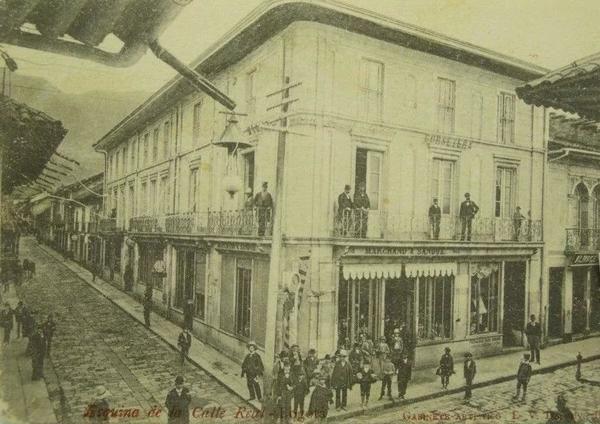 Bogota Antigua _Esquina cualquiera en la Calle real de Santa Fe de Bogotá (Hoy carrera séptima) eran los 1890's