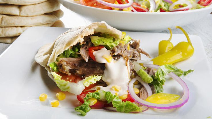 Hjemmelaget kebab: Langtidsstekt svinenakke i pitabrød