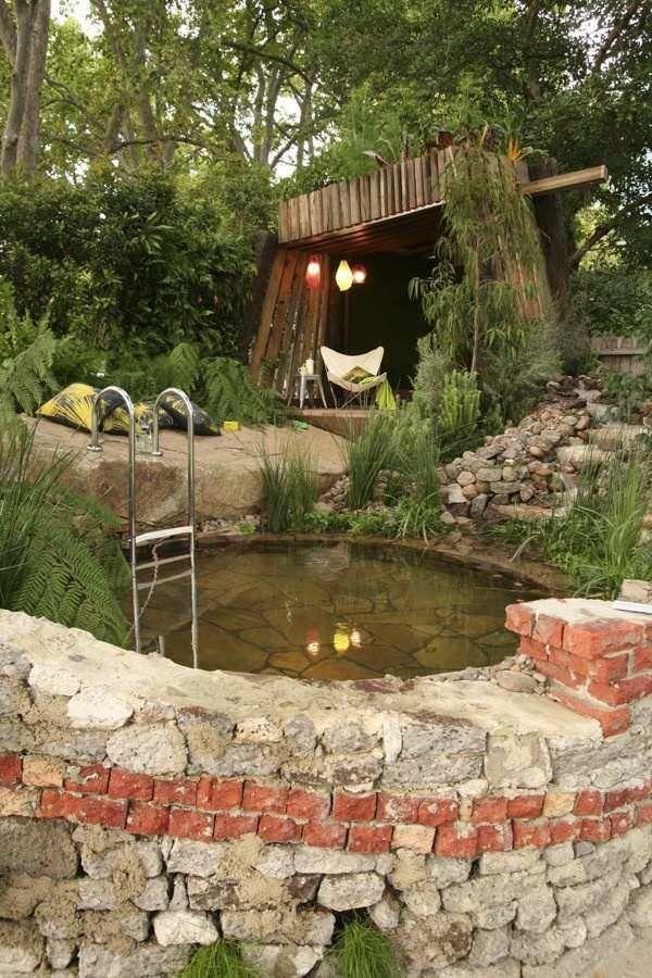 jacuzzi-extérieur-pierre-abri-bois-côté-lanternes