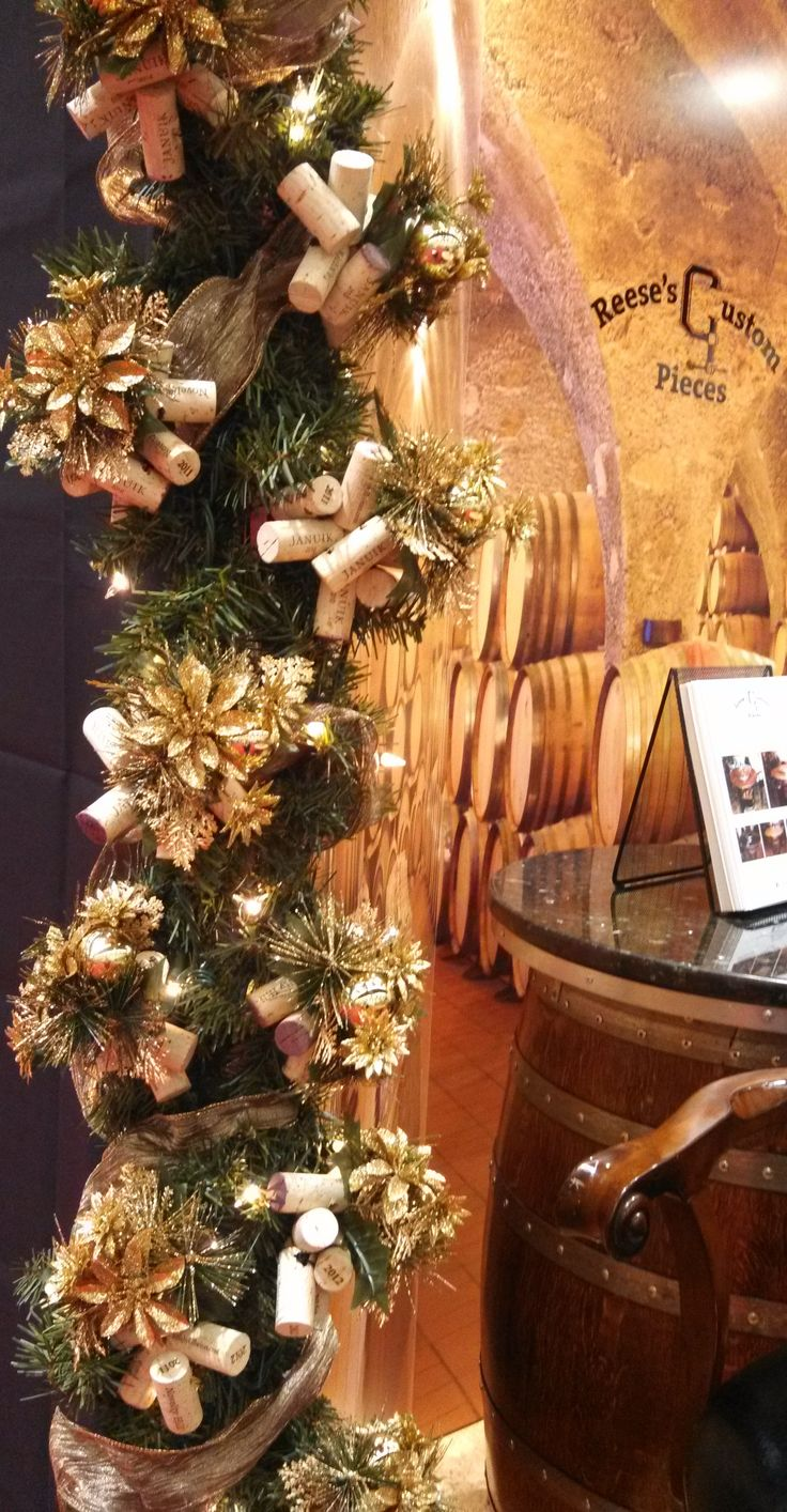Wine cork garland christmas decor ideas crafts for Decorating with wine corks