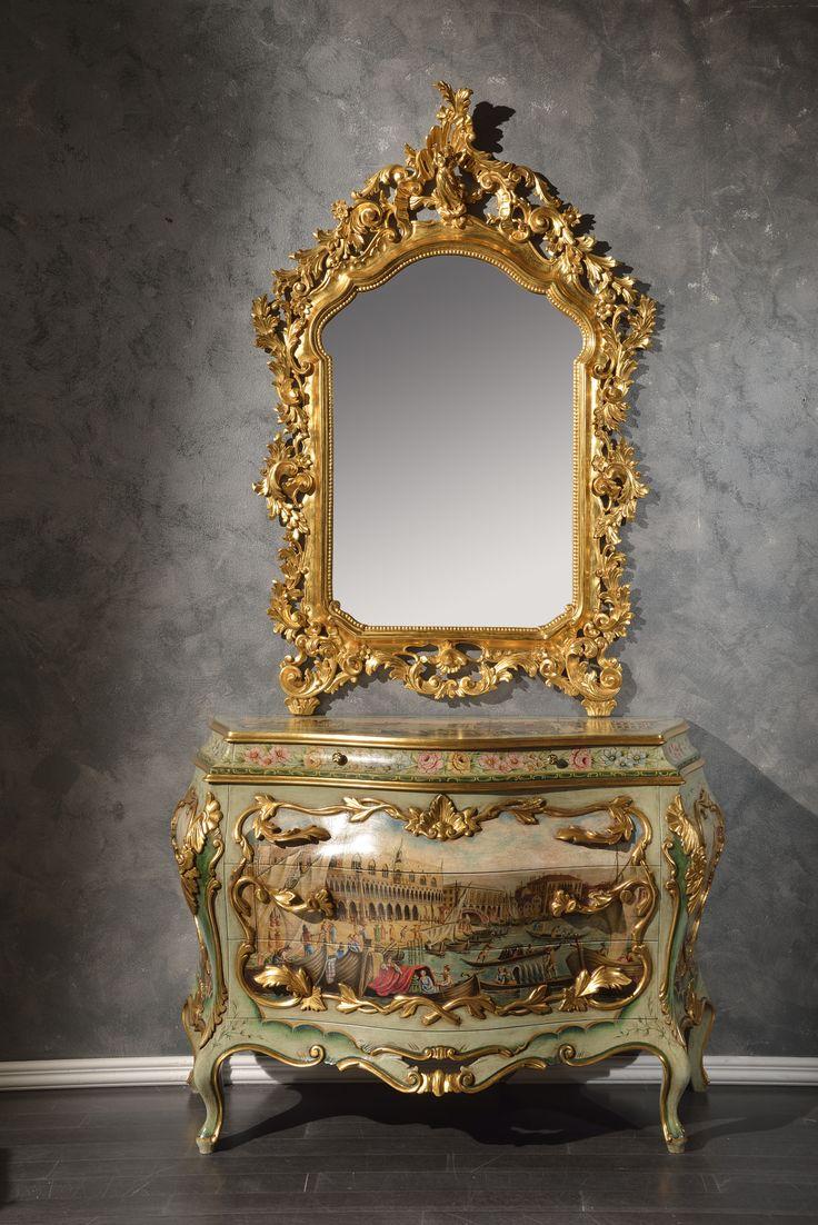 Specchio in tiglio intagliato a mano dorato con foglia oro Zecchino 24k vetro molato, comò in tiglio massiccio, laccato con colori policromi ad acqua e cornici dorate con foglia oro zecchino 24k