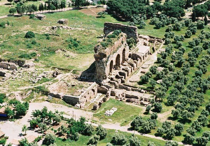 Tralleis antik kenti/Aydın/// Aydın ilinin kuzeyinde, Kestane dağlarının hemen güney yamacındaki plato üzerinde yer almaktadır. İl merkezine 1 km. uzaklıkta olan kent, argoslular ve Tralleis'liler tarafından kurulmuştur. Menderes havzasının verimli toprakları üzerine kurlmuş olan bu kent M.Ö.334'te İskender tarafından alınmasından sonra Hellenistik krallıklar arasında sık sık el değiştirmiştir.