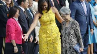 Ho Ching: Singapore PM's wife chooses $11 pouch for state visit - BBC News