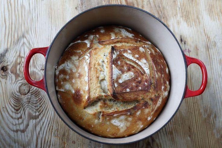 Baka surdegsbröd i gryta till ett perfekt resultat. Jag kan inte sluta titta och sniffa på det. Ett ljuvligt stycke doftande, frasigt bröd med proffslook.