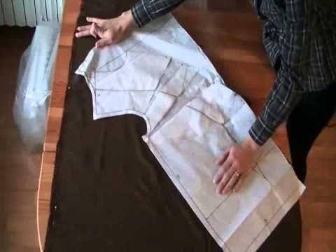 In questo video vi mostrerò come realizzare una camica larga con il collo drappeggiato. Per la profondità della scollatura, dovete decidere quanti centimetri...