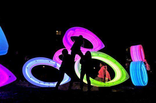 Como parte de um programa de incentivo à socialização e celebração à diversidade, esculturas luminosas pousaram no campus da Universidade Estadual do Texas.