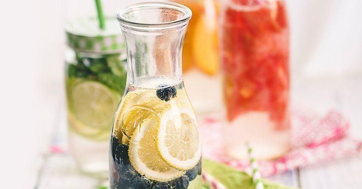 Wassertrinken war noch nie so spannend: Wir zeigen euch, wie ihr das puristische Getränk mit ein paar simplen Zutaten aus eurem Kühlschrank zum Geschmackserlebnis macht