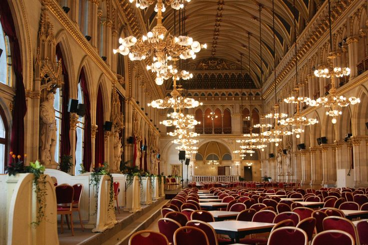 What to visit in Vienna? The town hall! Rathaus Festsaal