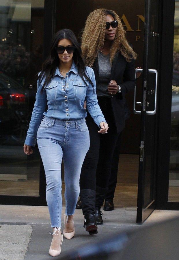 De jeans coladíssimo, Kim Kardashian vai com tenista à caça de vestido de noiva