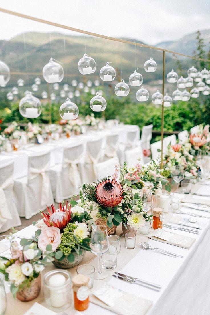 Tischfloristik Mit Protea Und Blumenmeer Mediterran Exotisch Von Anmut Und Sinn Foto Daniela In 2020 Simple Wedding Centerpieces Wedding Centerpieces Wedding Table