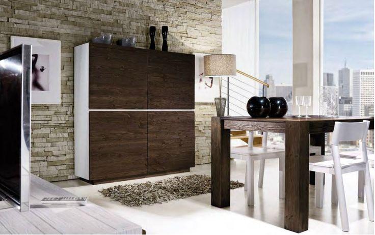 Sala da pranzo #design in #legno di abete spazzolato, con #madia bicolore, sedie e tavolo in tinta coi frontali.