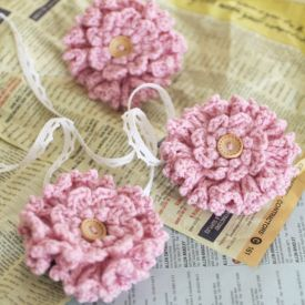 A quick and easy stashed yarn crochet pattern: layered ruffle flower, great  as a little gift to giveaway.