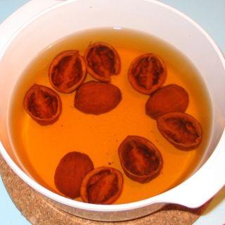 10 omytých skořápek vlašských ořechů dáme do 0,5l vody a pomalu vaříme 30 minut…