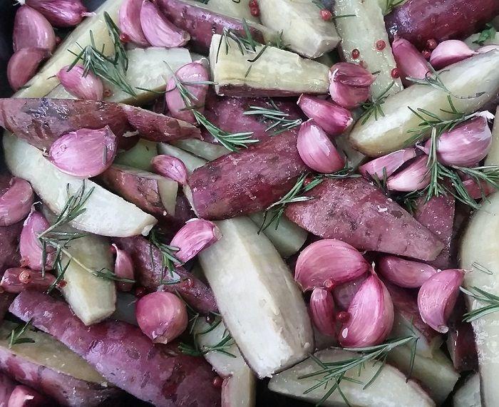 Batata doce ao forno com pimenta rosa, alho e alecrim