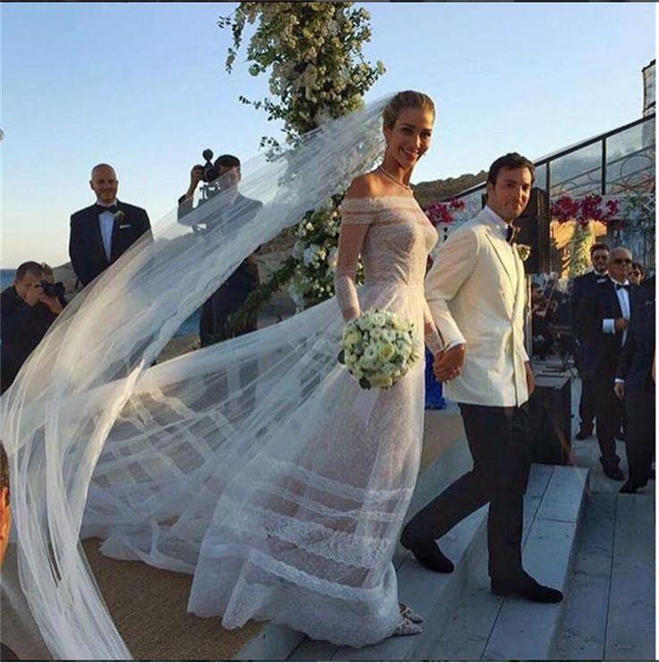 Ana Beatriz #Barros, #modella brasiliana, ha sposato l'imprenditore greco-egiziano Karim El Chiaty. La #sposa, con i capelli raccolti e un lungo velo, ha scelto un abito in pizzo firmato Valentino, che lasciava le spalle scoperte.
