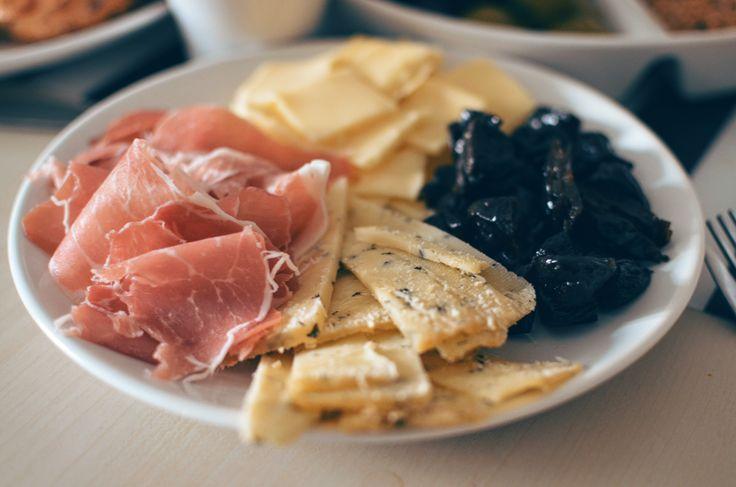 Holland cheese & dried plums & Jamón serrano