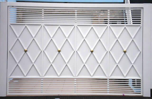 Portão de Chapa EP-509 pode conter revestimento de #chapa #20 ou #24 #galvanizado a fogo com 70mm de largura no desenho vertical, diagonal ou espinha de peixe.