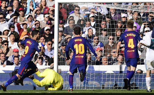 """Barcelona's Uruguayan forward Luis Suarez (L) celebrates after scoring during the Spanish League """"Clasico"""" football match Real Madrid CF vs FC Barcelona at the Santiago Bernabeu stadium in Madrid on December 23, 2017.  / AFP PHOTO / JAVIER SORIANO"""