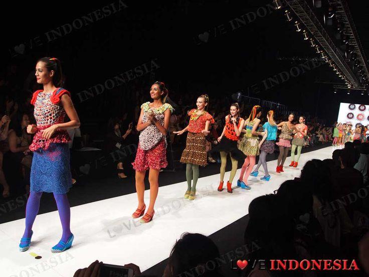Kolaborasi Lenny Agustin dan The Body Shop dalam Permainan Warna untuk Trend Fashion 2014 ( by Love Indonesia)