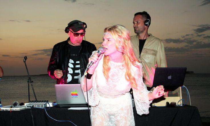 http://ift.tt/2hNG2Zq http://ift.tt/2hNzEl2  La actriz encaró un nuevo desafío a su carrera artística y se suma como cantante a la banda Guest House Feat Esmeralda  Esmeralda se presentó por primera vez como cantante en el parador Ovo Beach de Punta del Este con un show que convocó a una multitud.Mitre fue convocada por Ale Lacroix Oliverio Sofía y Leandro Fresco para ser la vocalista del grupo Guest House Feat Esmeralda banda de música electropop e indie dance. Este grupo ya suena en todas…