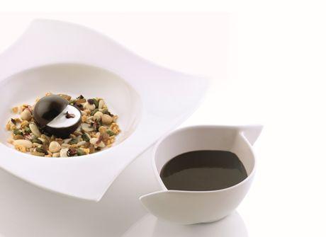 Zuppa di açai con insalata di frutta secca e yogurt al sifone