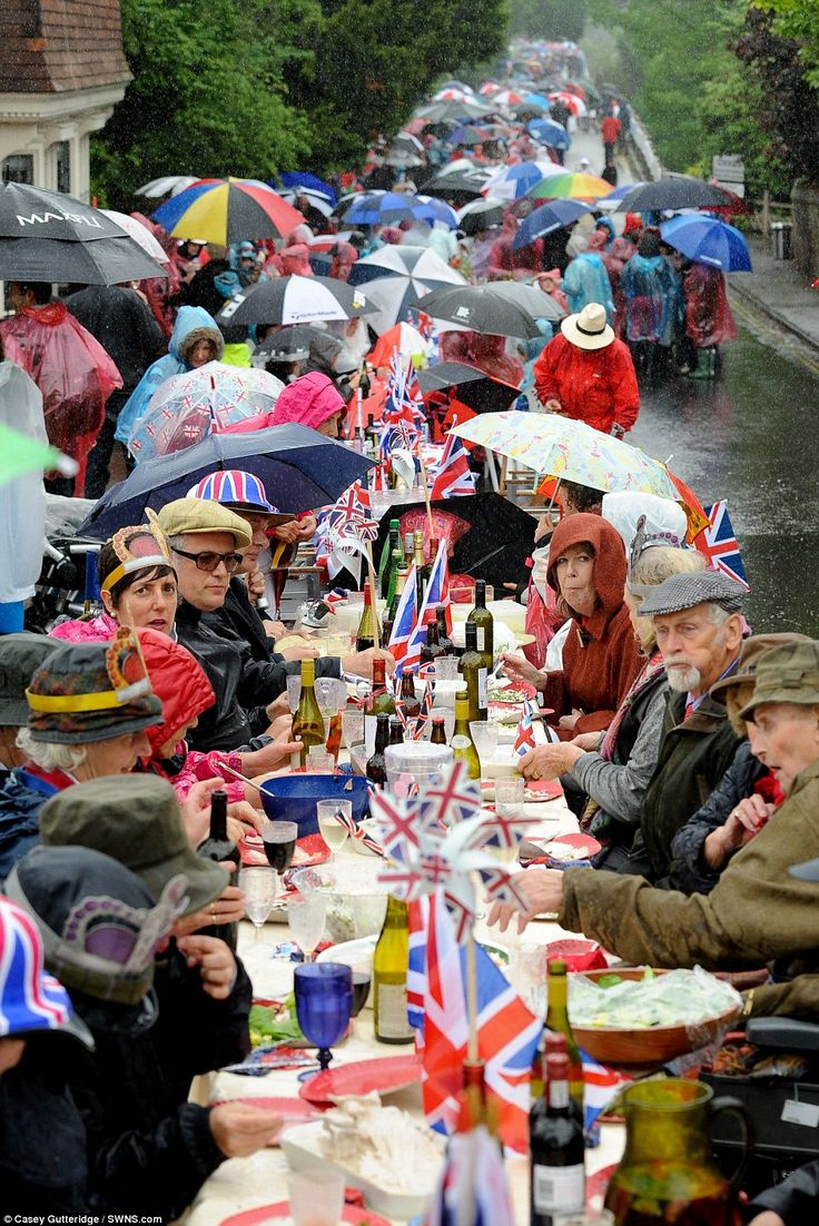 Rain? What rain - we are British and celebrating the Queen's 60th Jubilee! Weather is immaterial.