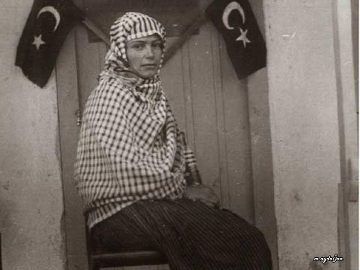 Gül Esin, Türkiye'nin seçilmiş ilk kadın muhtarıdır.