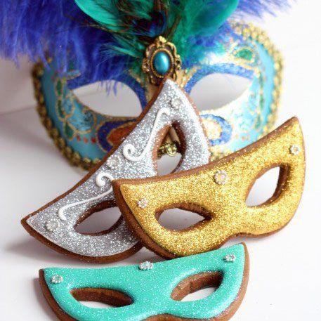 Des biscuits en forme de masques de carnaval // Mask cookies for carnival