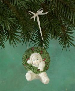 """Snowbabies Department 56 """"Hanging Around For the Holidays"""" Christmas Tree Ornament -- Snowbaby with Wreath Around Head"""