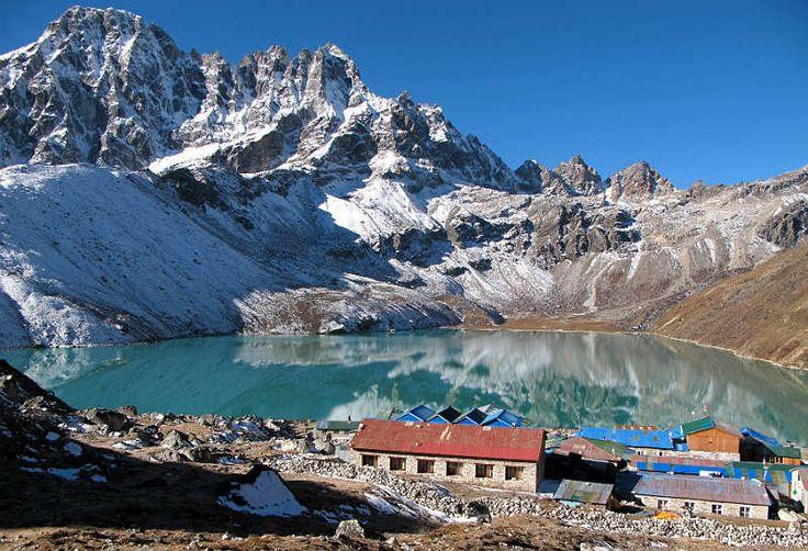 O Nepal é um país rico em cultura asiática e repleto de natureza tropical. A prática de trekking é muito comum por lá, afinal, não faltam lugares para serem desbravados. O ponto mais alto da Terra está lá, com 8.848 metros, o Monte Everest faz parte do Nepal e fronteira com a China, na região do Tibete.  É o destino perfeito para viajantes aventureiros que gostam de adrenalina e emoção. A moeda oficial é a rúpia nepalesa que tem valor equivalente a US$ 0,010.