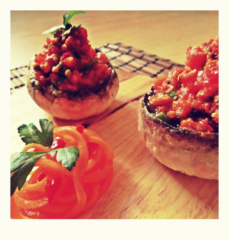 plněné marinované raw žapiony champiñones marinados crudiveganos rellenos con salsa de tomate