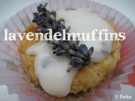 NODIG: (voor 12 muffins) 1 appel, geschild, ontpit en in stukjes, tot appelmoes gekookt 3 el sojamelk 150 gram bloem 1 tl bakpoeder 1 tl baksoda mespuntje zout 4 el boter 3 el rietsuiker 1 el gedro…